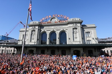 OtherSuperBowlsStory-PhotoUnionStation-PhotoFrom-Denver-Broncos-team-photography-CrowdAtUnionStation-SBW 1072-768x506